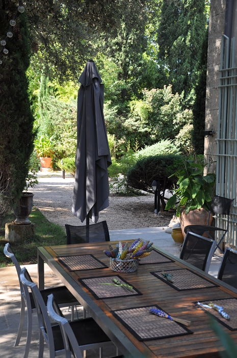 table-hotes-parasol-ombrage-terrasse-maison-hotes-chambres-gite-montpellier