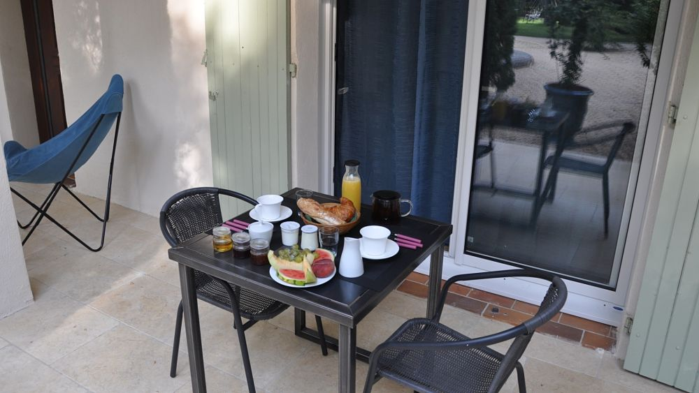 table-hotes-sous-terrasse-ombragee-croissants-jus-orange-chambres-hotes-montpellier